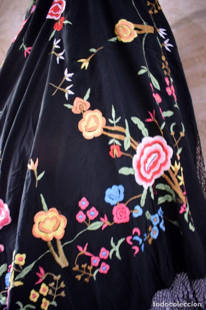 Antigüedades: Manton bordado con interesante y original distribución. Ideal manton regional baturra o regional - Foto 2 - 127498371
