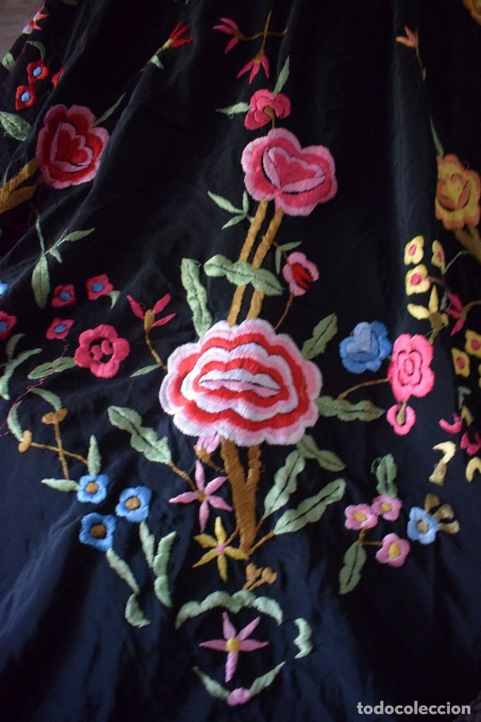 Antigüedades: Manton bordado con interesante y original distribución. Ideal manton regional baturra o regional - Foto 3 - 127498371