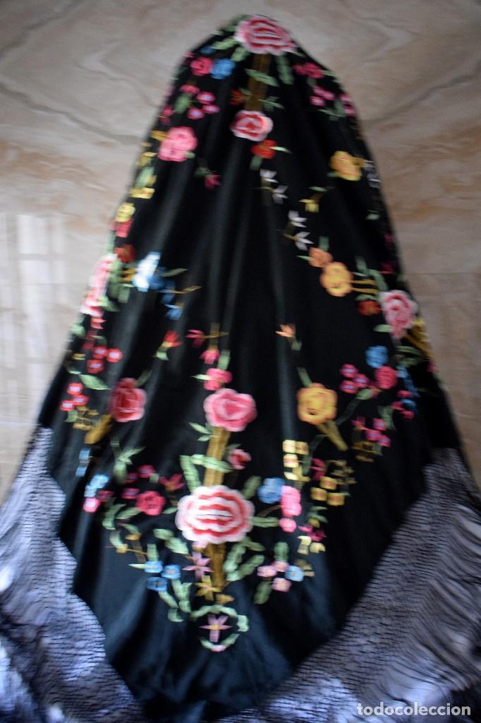 Antigüedades: Manton bordado con interesante y original distribución. Ideal manton regional baturra o regional - Foto 4 - 127498371