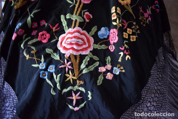 Antigüedades: Manton bordado con interesante y original distribución. Ideal manton regional baturra o regional - Foto 5 - 127498371