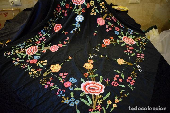 Antigüedades: Manton bordado con interesante y original distribución. Ideal manton regional baturra o regional - Foto 6 - 127498371