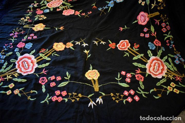 Antigüedades: Manton bordado con interesante y original distribución. Ideal manton regional baturra o regional - Foto 8 - 127498371
