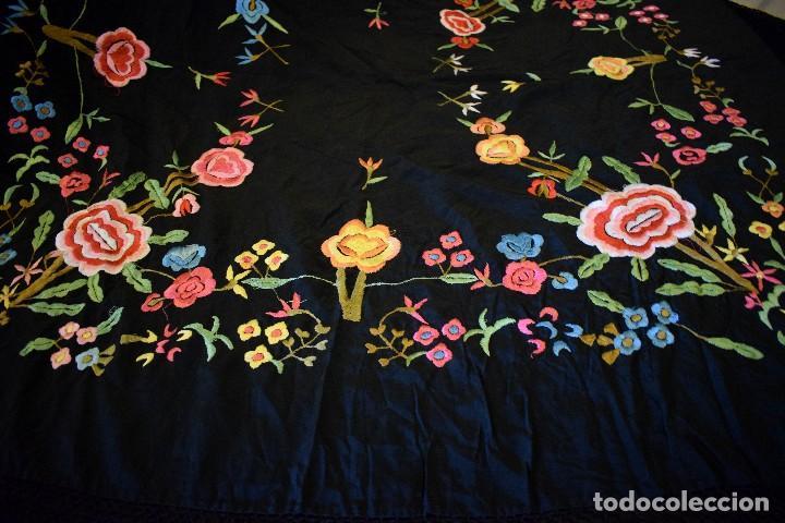 Antigüedades: Manton bordado con interesante y original distribución. Ideal manton regional baturra o regional - Foto 9 - 127498371