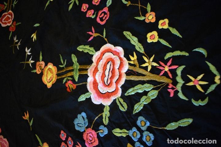Antigüedades: Manton bordado con interesante y original distribución. Ideal manton regional baturra o regional - Foto 10 - 127498371