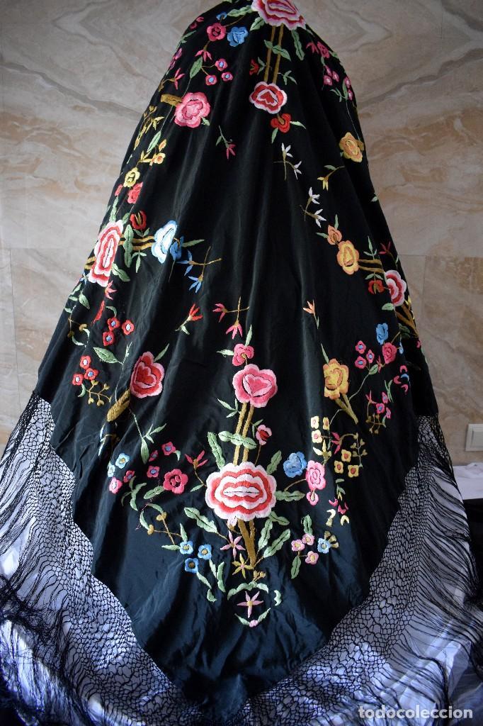 Antigüedades: Manton bordado con interesante y original distribución. Ideal manton regional baturra o regional - Foto 11 - 127498371