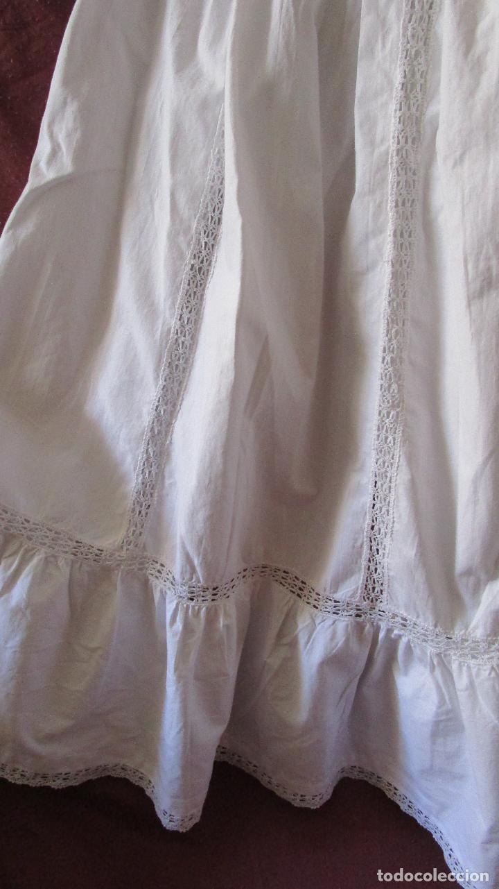 Antigüedades: Faldón para bebé, algodón y puntillas, sencillo, hechura casera. poco usado. Mediados S:XX - Foto 3 - 127505027