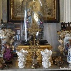Antigüedades: ANTIGUA PAREJA DE JARRONES ISABELINOS IDEAL CAPILLA VIRGEN SEMANA SANTA , PORCELANA ORO PERDIDO . Lote 127519963