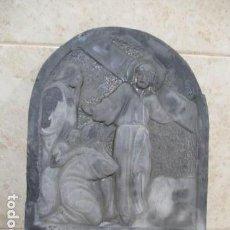 Antigüedades: PRECIOSA Y ANTIGUA PLACA DE PIZARRA TALLADA DE JESÚS CRISTO Y SUS SEGUIDORES CON NUMERO ROMANO VIII. Lote 127569523