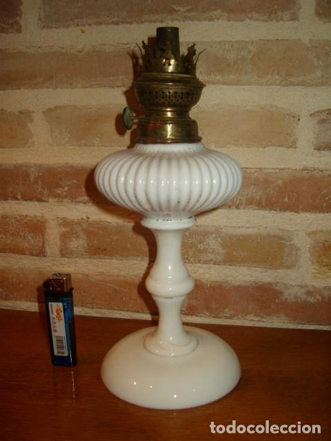 ANTIGUO QUINQUE, LAMPARA DE OPALINA BLANCA, KOSMOS BRENNER. (Antigüedades - Iluminación - Quinqués Antiguos)