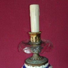 Antigüedades: ANTIGUA LAMPARA DE METAL Y PORCELANA. Lote 127619895
