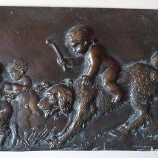 Antigüedades: PLACA DE METAL CON PEQUEÑOS SÁTIROS JUGANDO. 29X15,5 CM. PESO: 1 KG.. Lote 127635967