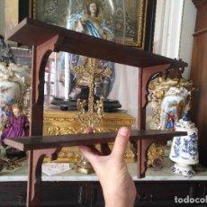 Antigüedades: ANTIGUA REPISA DE CAOBA MADERA MACIZA DOS PISOS, BUEN ESTADO - LEER. Lote 127643659