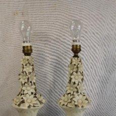 Antigüedades: PAREJA DE LAMPARAS DE SOBREMESA EN CERAMICA DE MANISES. Lote 127662147