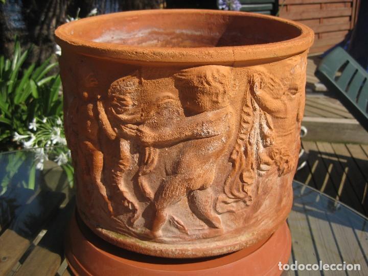 Antigüedades: Pareja de macetones de terracota estilo romántico con relieves barrocos de ángeles querubines - Foto 3 - 127663751