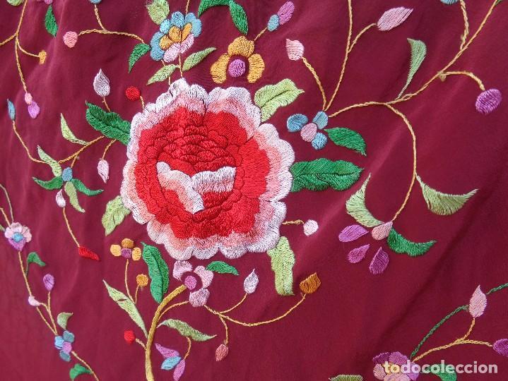 Antigüedades: Bonito Mantón de Manila de color granate con flores bordadas a mano en perfecto estado - Foto 4 - 127665451