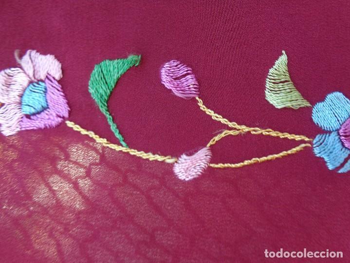 Antigüedades: Bonito Mantón de Manila de color granate con flores bordadas a mano en perfecto estado - Foto 5 - 127665451