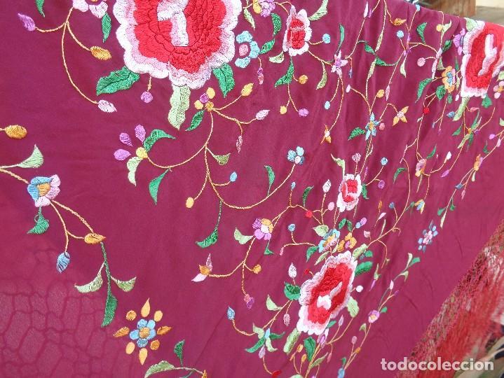 Antigüedades: Bonito Mantón de Manila de color granate con flores bordadas a mano en perfecto estado - Foto 6 - 127665451