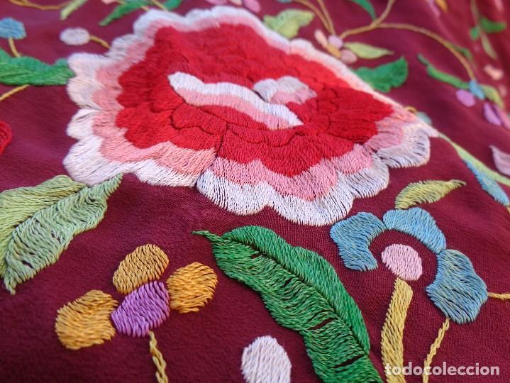 Antigüedades: Bonito Mantón de Manila de color granate con flores bordadas a mano en perfecto estado - Foto 10 - 127665451