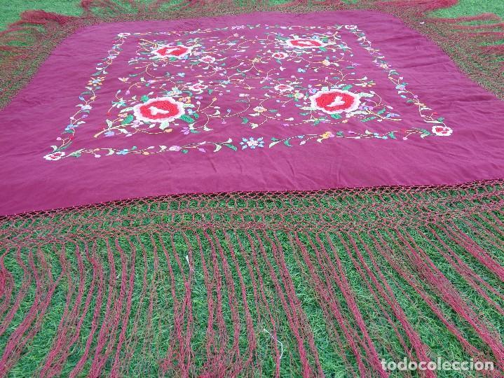 Antigüedades: Bonito Mantón de Manila de color granate con flores bordadas a mano en perfecto estado - Foto 18 - 127665451