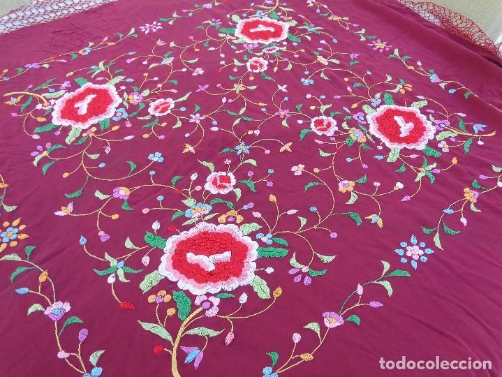 Antigüedades: Bonito Mantón de Manila de color granate con flores bordadas a mano en perfecto estado - Foto 20 - 127665451