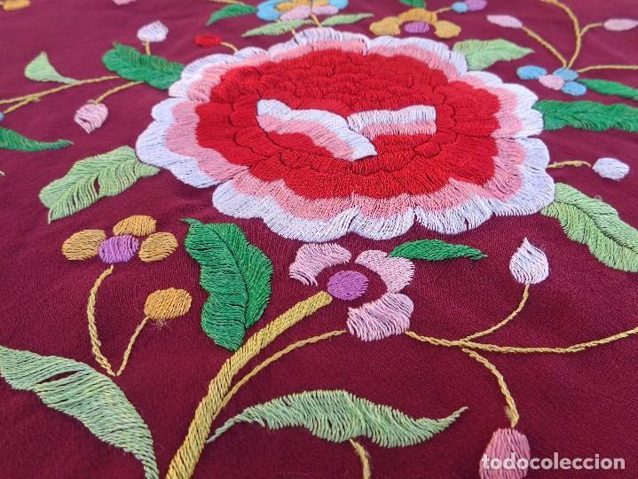Antigüedades: Bonito Mantón de Manila de color granate con flores bordadas a mano en perfecto estado - Foto 21 - 127665451