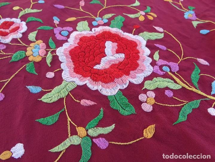 Antigüedades: Bonito Mantón de Manila de color granate con flores bordadas a mano en perfecto estado - Foto 22 - 127665451