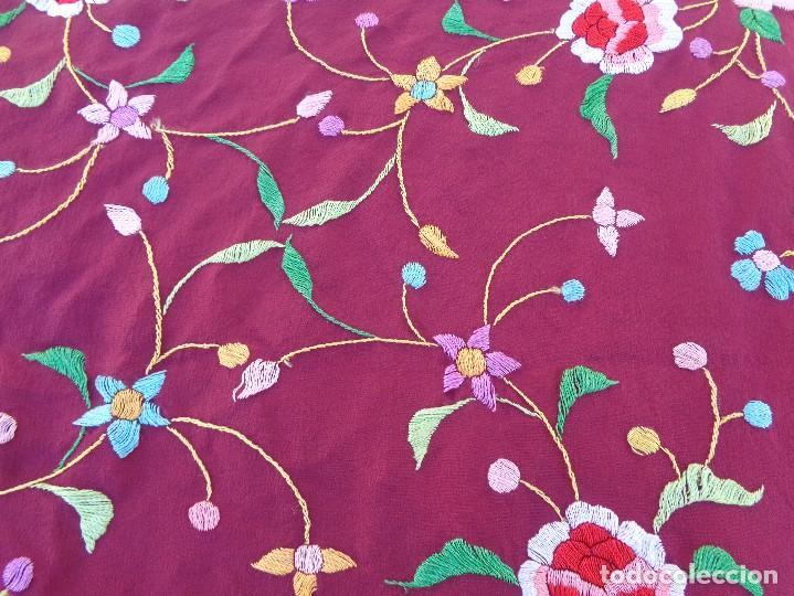 Antigüedades: Bonito Mantón de Manila de color granate con flores bordadas a mano en perfecto estado - Foto 23 - 127665451