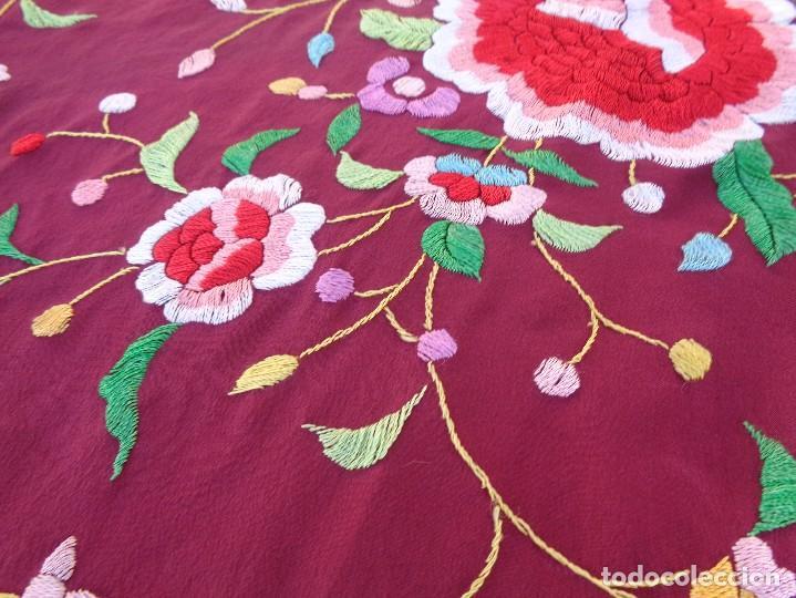 Antigüedades: Bonito Mantón de Manila de color granate con flores bordadas a mano en perfecto estado - Foto 24 - 127665451