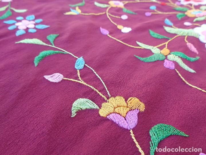 Antigüedades: Bonito Mantón de Manila de color granate con flores bordadas a mano en perfecto estado - Foto 25 - 127665451