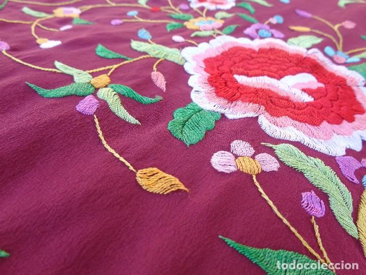 Antigüedades: Bonito Mantón de Manila de color granate con flores bordadas a mano en perfecto estado - Foto 26 - 127665451