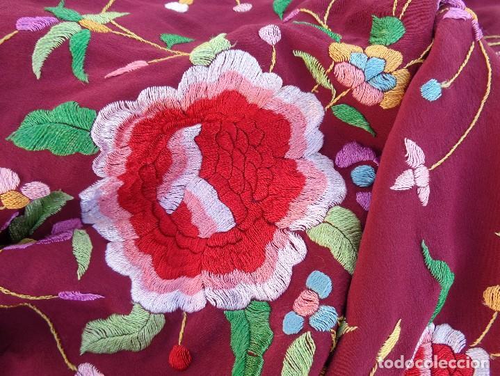 Antigüedades: Bonito Mantón de Manila de color granate con flores bordadas a mano en perfecto estado - Foto 29 - 127665451