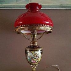 Antigüedades: LAMPARA DE BRONCE, OPALINA Y PORCELANA, TIPO SEVRES Ó DE SALVADOR MALLOL, SIN FALTAS, FUNCIONA.. Lote 127825479