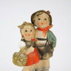 Antigüedades: FIGURITA DE PORCELANA ALEMANA DE GOEBEL, M.I. HUMMEL - PAREJA DE NIÑOS - RESTAURACIÓN - W. GERMANY. Lote 127834195