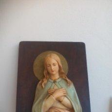 Antigüedades: ANTIGUA FIGURA DE VIRGEN MARIA SOBRE TABLA, CON LUZ, IMAGEN EN ESCAYOLA POLICROMADA. Lote 127848839