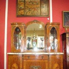 Antigüedades: ANTIGUA VITRINA APARADOR MARQUETERÍA Y BRONCE. Lote 127856315