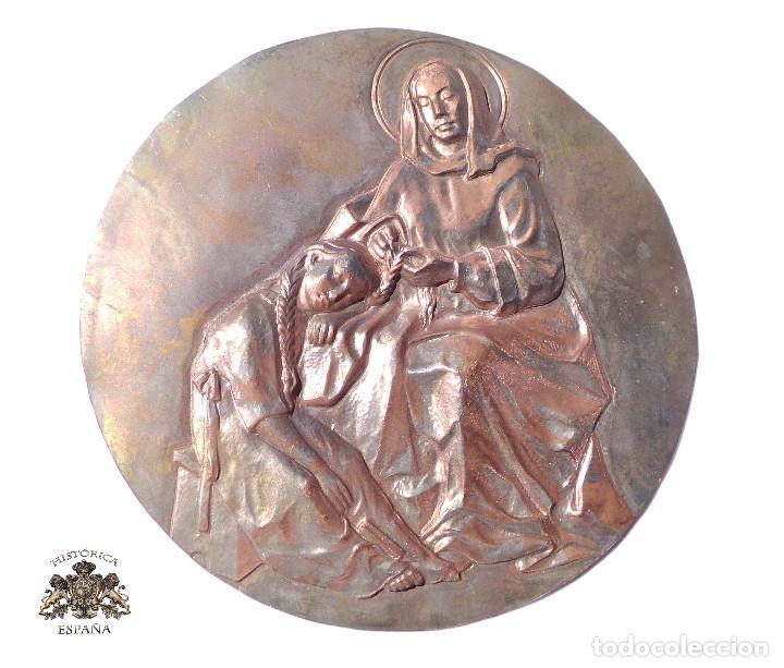 CHAPA REPUJADA CON MOTIVO RELIGIOSO 15 CM DE DIÁMETRO (Antigüedades - Religiosas - Orfebrería Antigua)