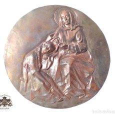 Antigüedades: CHAPA REPUJADA CON MOTIVO RELIGIOSO 15 CM DE DIÁMETRO. Lote 127883635