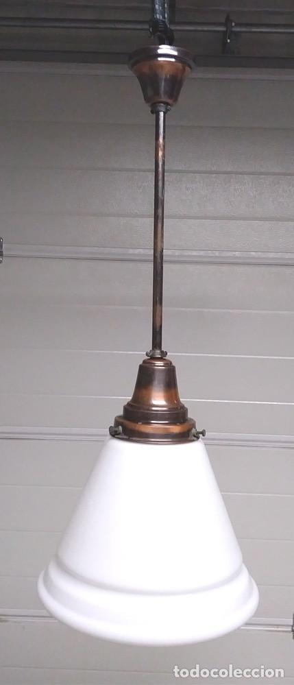 LAMPARA ART DECÓ AÑOS 30, BRONCE PAVONADO Y PANTALLA OPALINA BLANCA, BUEN ESTADO. MED. 85 X 32 CM (Antigüedades - Iluminación - Lámparas Antiguas)