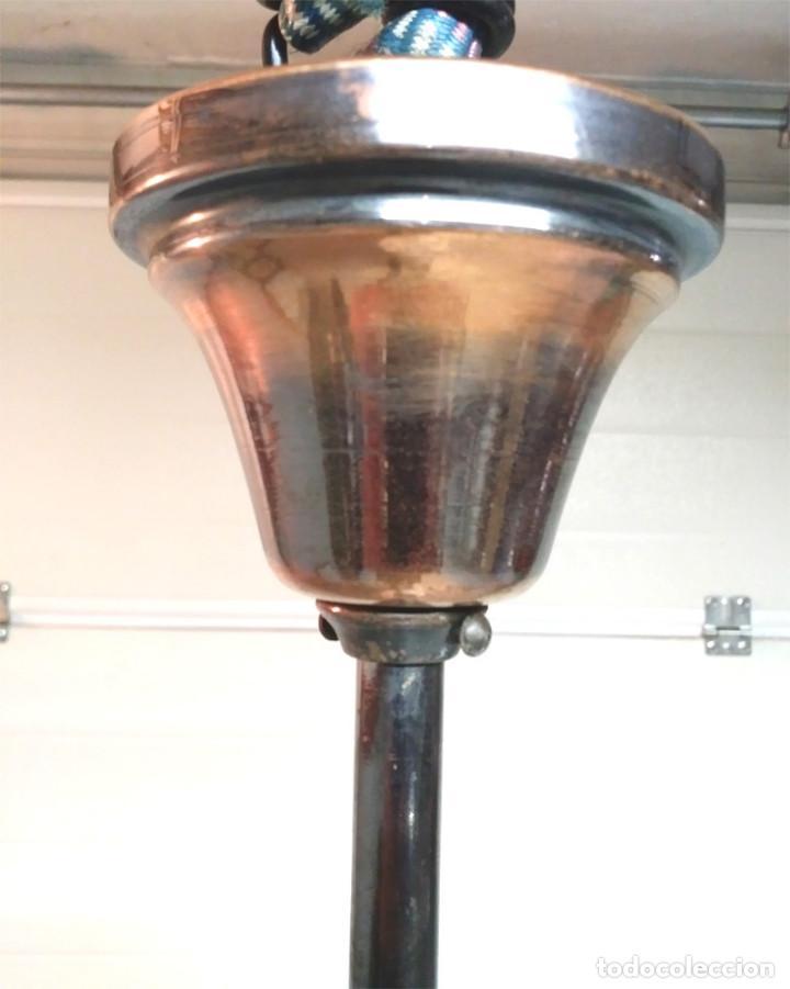 Antigüedades: Lampara Art Decó años 30, Bronce pavonado y Pantalla opalina blanca, buen estado. Med. 85 x 32 cm - Foto 2 - 127886663