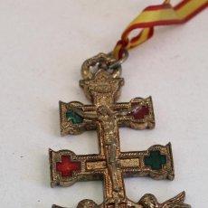Antigüedades: CRUZ DE CARAVACA EN METAL DORADO CON CRISTALES. Lote 127899971