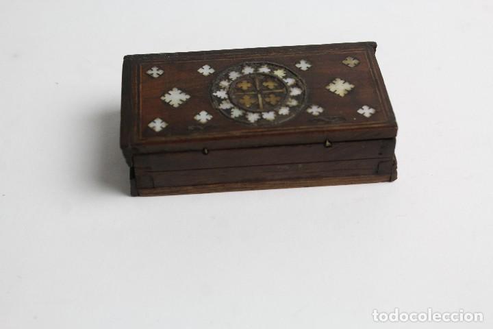 Antigüedades: CAJA RELICARIO DE MADERA CON MARQUETERIA DE NACAR. S.XIX. - Foto 3 - 127935763