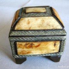 Antigüedades: CAJA JOYERO EN HUESO Y LATÓN LABRADO, FORRADO EN CUERO INTERIOR. Lote 128003523