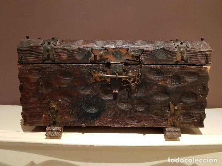 ANTIGUO COFRE O BAUL CASTELLANO, CON HERRAJES, TAL CUAL SE VE. (Antigüedades - Muebles Antiguos - Baúles Antiguos)