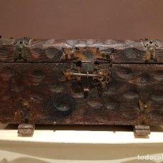 Antigüedades: ANTIGUO COFRE O BAUL CASTELLANO, CON HERRAJES, TAL CUAL SE VE.. Lote 128029459