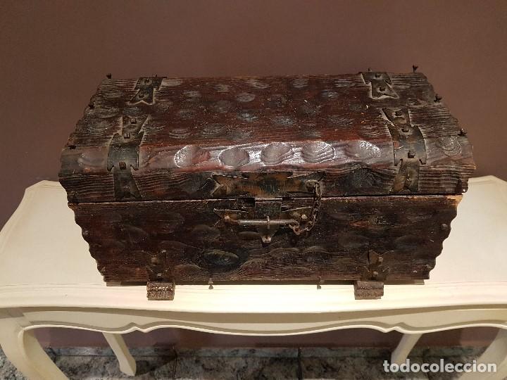 Antigüedades: ANTIGUO COFRE O BAUL CASTELLANO, CON HERRAJES, TAL CUAL SE VE. - Foto 2 - 128029459