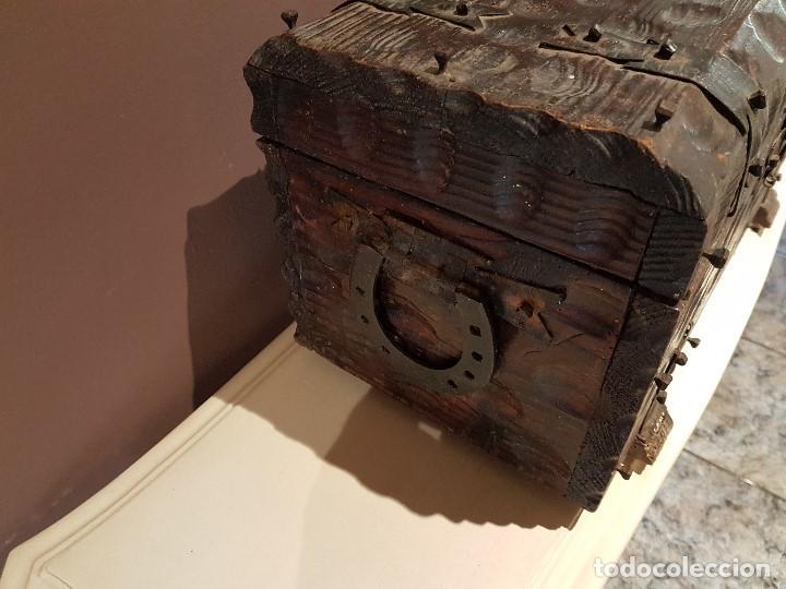 Antigüedades: ANTIGUO COFRE O BAUL CASTELLANO, CON HERRAJES, TAL CUAL SE VE. - Foto 3 - 128029459