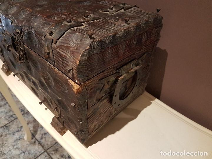 Antigüedades: ANTIGUO COFRE O BAUL CASTELLANO, CON HERRAJES, TAL CUAL SE VE. - Foto 5 - 128029459