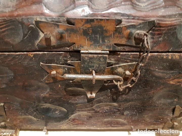 Antigüedades: ANTIGUO COFRE O BAUL CASTELLANO, CON HERRAJES, TAL CUAL SE VE. - Foto 6 - 128029459
