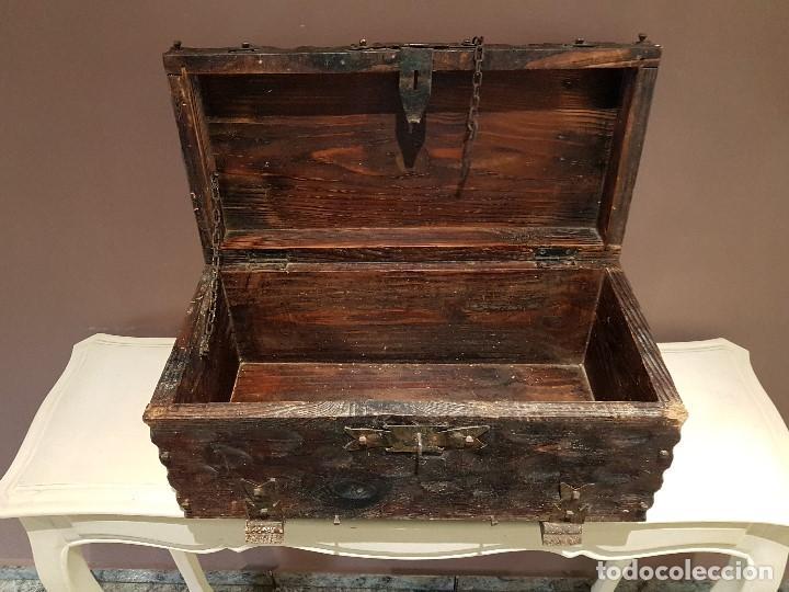 Antigüedades: ANTIGUO COFRE O BAUL CASTELLANO, CON HERRAJES, TAL CUAL SE VE. - Foto 8 - 128029459