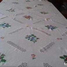 Antigüedades: ANTIGUA, BONITA Y GRANDE MANTELERIA DE LAGARTERANA BORDADA A MANO.. Lote 128058311